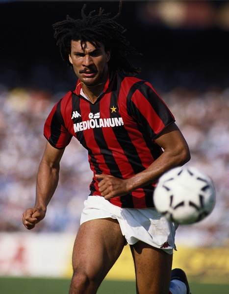 Ruud Gullit of AC Milan in action with the ball during a Serie A match against Napoli on 1st May 1988 at the San Paolo Stadium in Naples, Italy.(Photo by David Cannon/Getty Images)